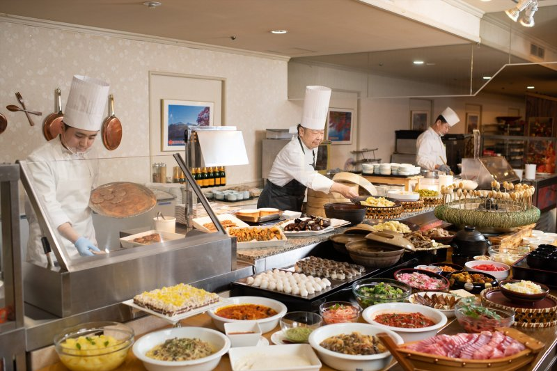 The buffet of around 40 kinds of dishes, including local cuisine, Japanese foods and Western foods