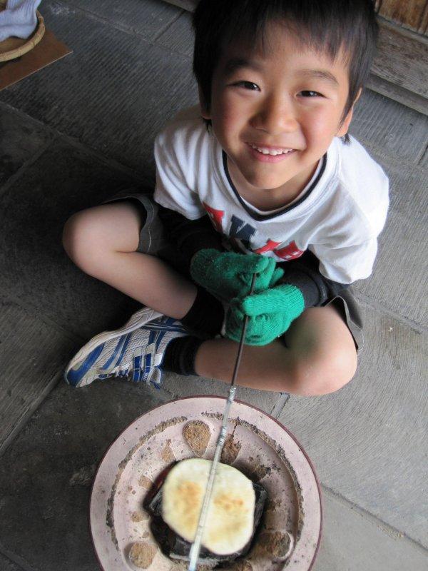 自ら炭火でせんべいを焼き上げる体験もできます。昔ながらのせんべいの手焼きはお子様にも大人気です。