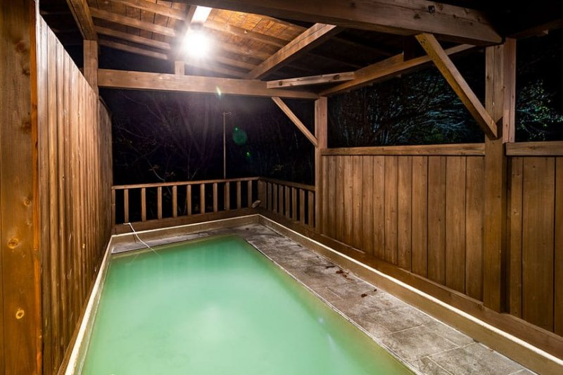 Hot spring water with medicinal and skin-beautifying effects is 100% free-flowing from the source.