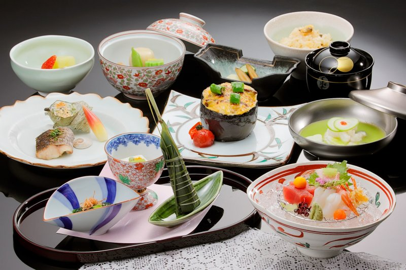 Please enjoy delicious fine course meals with looking breathtaking view of Urabandai through the wide windows.